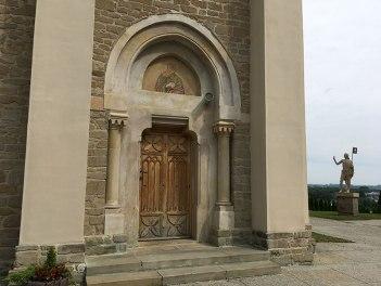 Boczne wejście do XIX-wiecznego kościoła pielgrzymkowego, fot. Paweł Wroński
