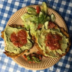 Patacones z guacamole - salsą z avocado i hogao, fot. Paweł Wroński