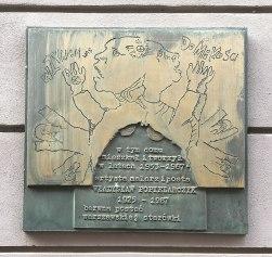 Tablica pamiątkowa na ścianie kamienicy przy Piwnej 3/5 w Warszawie, fot. Paweł Wroński
