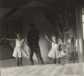 Barbara z ojcem i siostrą Hanną w Oświęcimiu (w tle dekoracja zaprojektowana i wykonana przez Władysława Popielarczyka), fot. z archiwum rodzinnego