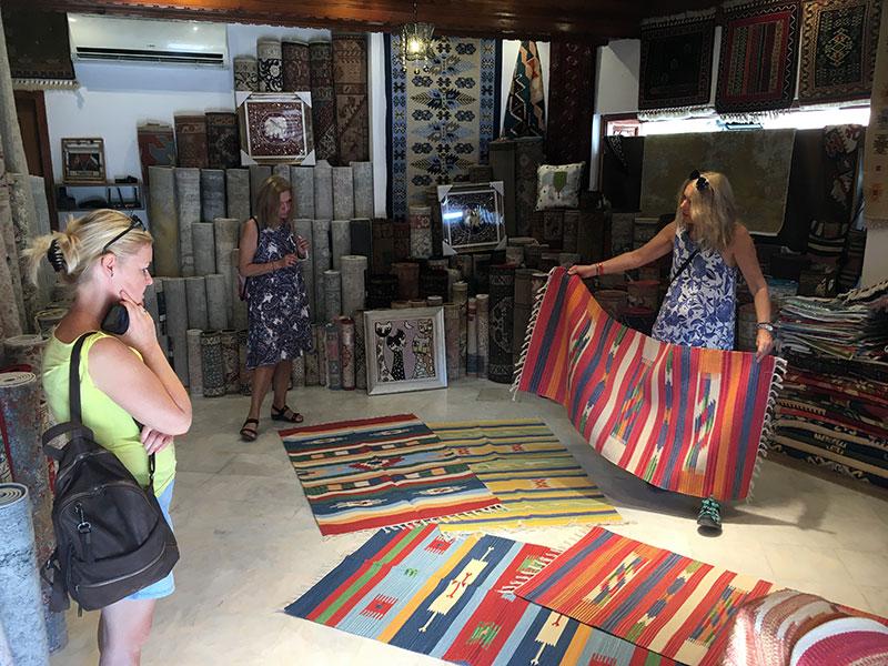 Kilimy i dywany ręcznie tkane w sklepiku w Side, fot. Paweł Wroński