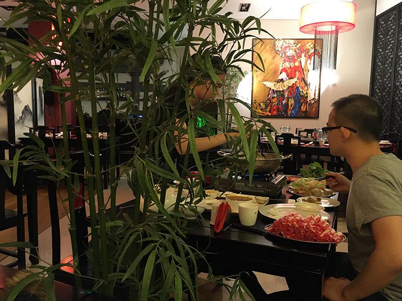 ...i uciechy z przygotowywania samodzielnie potraw, tzw. Kociołek (90 zł od osoby) - popularny w Chinach sposób podawania potraw gościom restauracji, fot. Paweł Wroński