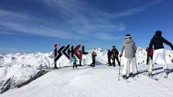 Logo Ischgl przy węźle tras narciarskich, a wokół przekraczające 2800 m wysokości alpejskie szczyty, fot. Paweł Wroński