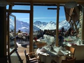 Mountain VIP Club z widokowym tarasem to luksusowa restauracja koło górnej stacji kolejki linowej Silvrettabahn, wywożącej narciarzy z centrum Ischgl (z Silvrettaplatz), fot. Paweł Wroński