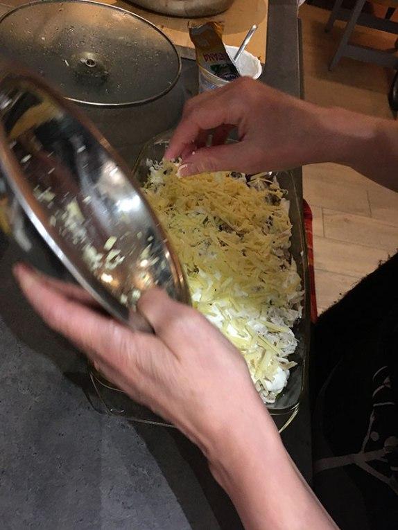 Na koniec posypujemy wszystko tartym serem, fot. Paweł Wroński