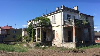 Ulica Dworcowa 99, piękna choć zrujnowana zabytkowa willa w Sulejówku, fot. Paweł Wroński