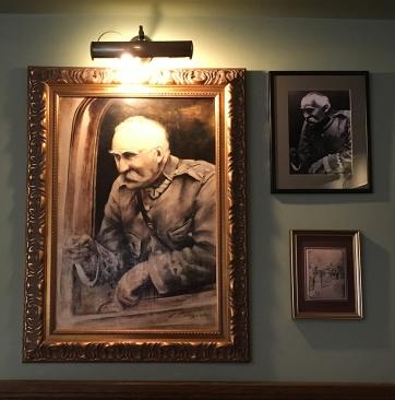 """Dom Restauracyjny """"U Dziadka"""" z dekoracją eksponującą postać Marszałka, fot. Paweł Wroński"""