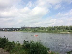 Widok na Wisłę i PGE Narodowy ze śródmiejskiego brzegu rzeki, fot. Paweł Wroński