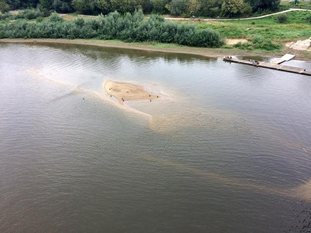 Niski stan wody - tworzą się mielizny na Wiśle, fot. Paweł Wroński
