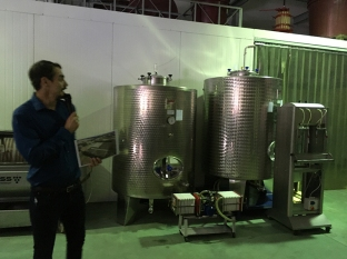 Tanki i filtr, a ponad gzymsem widać starą ręczną prasę do tłoczenia winogron, fot. Paweł Wroński
