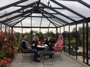 Krótka przerwa na kawę i herbatę w ogrodowej altanie, fot. Paweł Wroński