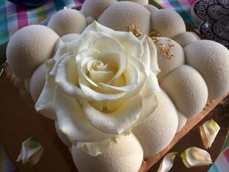 Tort ozdobiony różą, dzieło Joanny Juhnke z Henrykowa, fot. Paweł Wroński